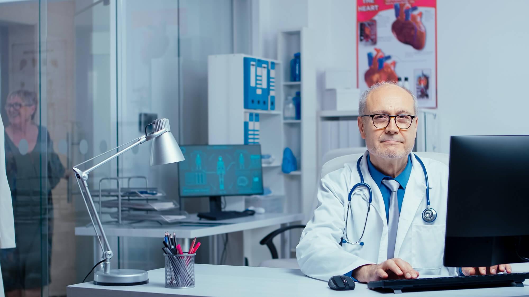DOCTOR ATENDIENDO CONSULTA CON PACIENTE