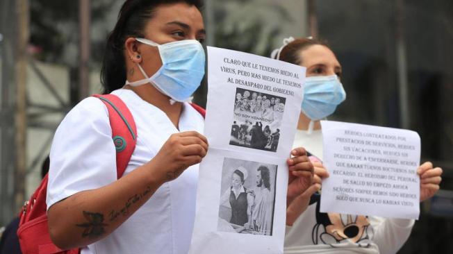 MEDICO Y ENFERMERAS PROTESTANDO